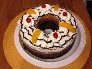 chocoflan con crema y frutas