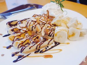 Waffles con banana y chocolate
