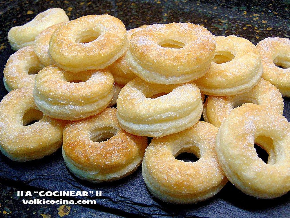 rosquillas de hojaldre y azucar